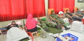 Donor darah yang diikuti Prajurit Korem 081/DSJ ini digelar oleh KPPN Madiun bekerjasama dengan PMI madiun di Kantor KPPN Madiun, Kamis (26/10/17). Foto Timbul M/ NusantaraNews