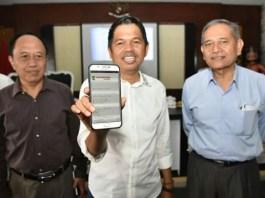 Bupati Purwakarta Kang Dedi Mulyadi memperlihatkan Aplikasi Android yang berbasis menu Sampurasun Bursa Kerja online melalui Ponsel Amdroid. Foto Fuljo (Kontributor Purwasuka)/ NusantaraNews