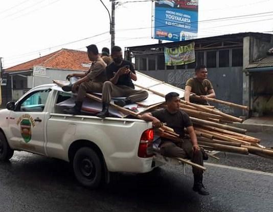 Petugas Satpol PP Purwakarta mengangkut sejumlah Baliho Balon yang di duga melaggar Perda k3 di sejumlah ruas Jalan utama di Purwkarta. Foto Fuljo/ NusantaraNews