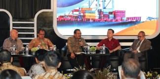 Gubernur Jawa Timur, Soekarwo (tengah) mengatakan Jatim tengah mengembangkan lima pelabuhan yang terintegrasi dengan kawasan industri. (Foto: Tri Wahyudi/NusantaraNews)