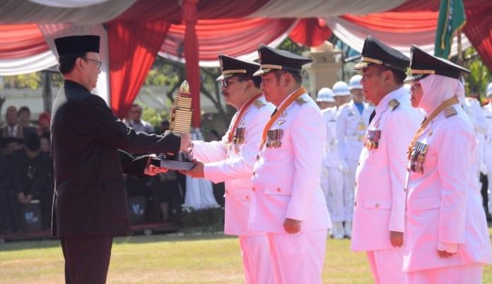 Penyerahan penghargaan Parasamya Purnakarya Nugraha oleh Presiden RI yang disampaikan Mendagri Tjahjo Kumolo di Tugu Pahlawan Surabaya tanggal 12 Oktober 2017. Foto Tri Wahyudi/ NusantaraNews