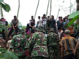 Kodim Jember, BPBD, relawan dan masyarakat masih terus mencari korban tanah longsor Desa Jambesari Kecamatan Sumberbaru. (Foto: Sis/Istimewa)