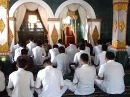 Mahasiswa AKPER Ponorogo Gelar Tahlilan di Makam Bathoro Katong Untuk Ketuk Hati Sang Bupati. Foto Muh Nurcholis/ NusantaraNews