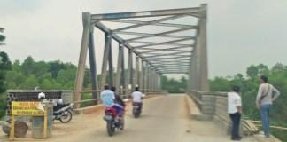 Masuaralat dengan memakai kendaraan roda dua di kabuapten Purwakarta dan Subang Jabar sudah mulai melewati proyek Jembatan Cihambulu. Foto Fuljo/Kris/NusantaraNews