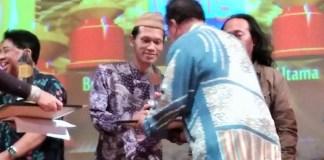 "Penyair Raedu Basha terima hadiah pemenang terpilih atas ""Hadrah Kiai"" di Malam Anugerah Hari Puisi Indonesia 2017, Graha Bhakti Budaya Taman Ismail Marzuki Jakarta, Rabu malam (4/10/2017). Foto Selendang Sulaiman/ NusantaraNews"