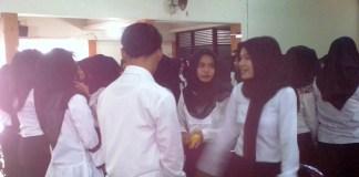 Latihan komunikasi yangbaik antara peserta pelatihan saat pembekalan calon wisudawan FKIP UMK. Foto: Dok. Humas UMK/ NusantaraNews