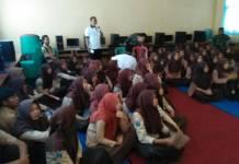 DisKominfo Kabupaten Ngawi melakukan pemutaran film perjuangan dengan nilai-nilai pendidikan dan kejuangan bagi siswa siswi SMKN 1 Karanganyar yang bertempat di aula sekolah SMKN 1 Karanganyar. Sabtu, (21/10/17). (Foto: Wahyu)