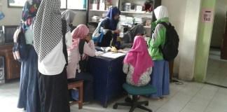 Mahasiswi STAINU Temanggung mengunjungi dan meminjam buku di perpustakaan. (Foto: Istimewa)