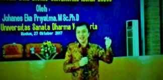 Rektor Universitas Sanata Dharma, Yogyakarta, Johanes Eka Priyatma M.Sc. Ph.D saat menjadi narasumber kuliah perdana di UMK. (Foto: Istimewa)