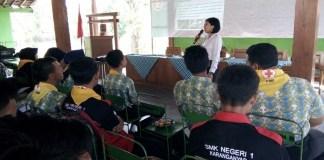 Bribda Dinar Ayu dari Subid Narkoba Polres Ngawi memberikan penyuluhan kepada 70 pelajar SLTA, SLTP dan warga Ngawi. (Foto: Wahyu/Dok.Kodim Ngawi)