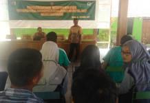 Kodim 0805/Ngawi bekerjasama dengan Dinas Pertanian Kabupaten Ngawi memberikan penyuluhan pertanian kepada warga setempat yang bekerja sebagai petani, Jumat (20/10/17). (Foto: Wahyu/Istimewa)