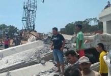 Konstruksi jembatan untuk Proyek Strategis Nasional (PSN) pada pembangunan Tol Pasuruan–Probolinggo (Paspro) di Desa Cukurgondang, Kecamatan Grati, Kabupaten Pasuruan roboh pada Minggu (29/10/2017). (Foto: Humas Polda Jatim)