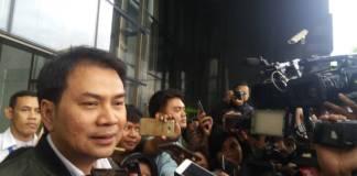 Anggota Partai Golkar, Azis Syamsuddin menjenguk Setya Novanto. Foto: Restu Fadilah/NusantaraNews