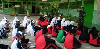 Anggota Babinsa Sugihwaras Serka Agus Santoso memberi latihan materi PBB, Selasa (31/10/17). Foto: Dok. Istimewa/as03/NusantaraNews