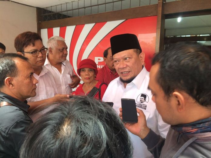 Ketua Umum Kadin Jawa Timur (Jatim) La Nyalla Mahmud Mattalitti menghadiri acara peringatan Hari Sumpah Pemuda dan Hari Pahlawan yang digelar Partai Keadilan dan Persatuan Indonesia (PKPI) Jawa Timur di Surabaya, Selasa (7/11/2017). (Foto: Tri Wahyudi/NusantaraNews)