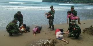 Simulasi Penanggulangan Bencana Alam gempa dan tsunami oleh Kodim 0801/Pacitan dan BPBD. Foto TImbul/ NusantaraNewsSimulasi Penanggulangan Bencana Alam gempa dan tsunami oleh Kodim 0801/Pacitan dan BPBD. Foto TImbul/ NusantaraNews