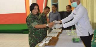 Sebanyak 100 anggota Korem 084/Bhaskara Jaya yang terdiri dari PNS dan prajurit TNI di satuan tersebut, saat ini sedang menjalani tes urine yang berlangsung di aula Makorem. Senin, 20 Nopember 2017. Foto: Dok. Penrem