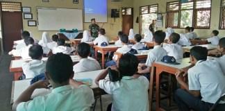 Babinsa Serka Suwignyo berikan Wasbang SMP N 3 Kedungwaru. Foto: Dok. Md0807/Timbul