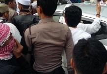 kepolisian mengawal jalannya mobil yang sempat menyerempet massa aksi. Foto Ucok Al Ayubbi/ NusantaraNews