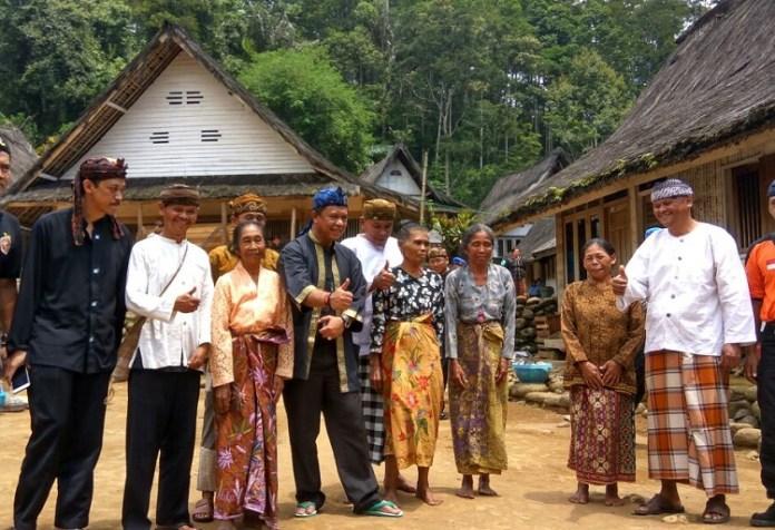 Anton Charliyan (Tengah) bersama masyarakat adat Sunda (Foto kabarpriangan)
