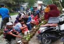 Warga Desa Liungggunung, Kecamatan Plered, Purwakarta, Jawa Barat rela mengantre berjam-jam untuk mendapatkan gas melon 3 Kg yang langka. Foto: Fuljo/NusantaraNews