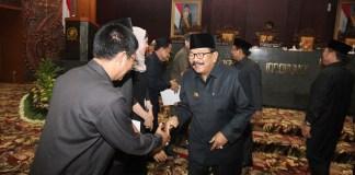 Pemprov dan DPRD Jawa Timur sahkan Perda tentang pemantauan orang asing. Foto: Tri Wahyudi/NusantaraNews
