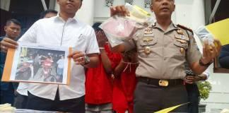 Kapolrestabes Surabaya Kombes Pol Rudi Setiawan menunjukkan bukti pencurian dengan kekerasan (Curas) yang berhasil diamankan Satreskrim Polrestabes Surabaya, Kamis (14/12/2017). Foto: Tri Wahyudi/NusantaraNews