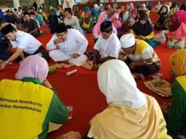 Wakil Gubernur Jawa Timur Saifullah Yusuf (Gus Ipul) makan bersama petani di City Forest and Farm HM Arum Sabil, Jember, Jumat (15/12/2017). Foto: Tri Wahyudi/NusantaraNews