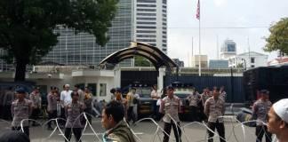 Aparat kepolisian tampak berjaga-jaga di depan Kedutaan Besar Amerika Serikat di Jalan Merdeka Selatan, Jakarta Pusat. Foto: NUSANTARANEWS.CO/Ucok Al Ayubbi)