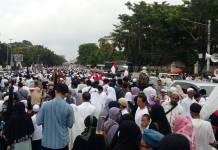 Massa aksi Bela Palestina mulai meninggalkan lapangan Monas. Foto: NUSANTARANEWS.CO/Ucok Al Ayubbi
