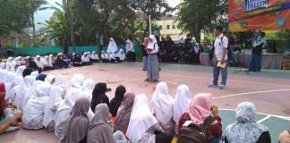 Parade baca puisi bersama BCCF SMA di halaman SMA Islam T. Huda Bumiayu. Foto: Dok. BCCF/ NusantaraNews