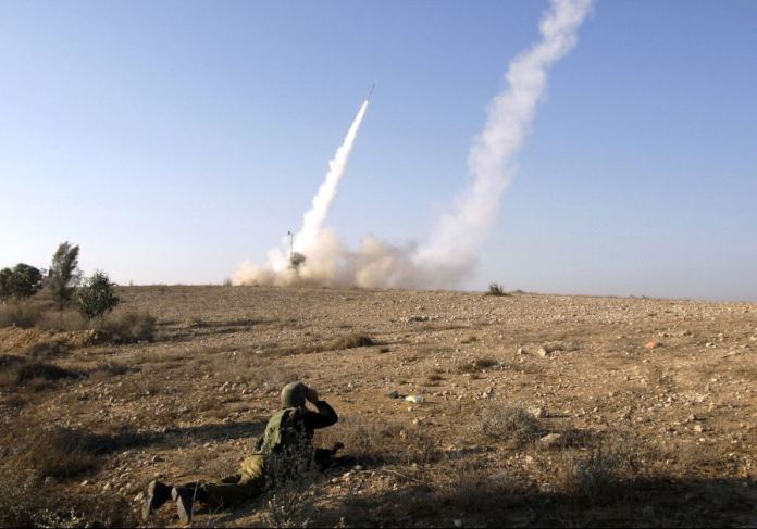 Senjata anti anti roket Israel sibuk mencegat roket-roket yang ditembakkan Hamas. Foto: REUTRERS