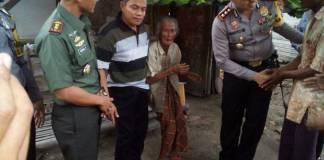 Kapolres AKBP Wahyudi Sri Bintoro dan Dandim 0813 Bojonegoro Letkol Arh Redinal Dewanto mendatangi Desa Wotanngare untuk menyantuni Mbah Taminah (78). Foto: Istimewa