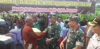 Komandan Korem 081/DSJ Kolonel Inf R. Sidharta Wisnu Graha menyerahkan bantuan sembako kepada korban banjir waduk Bendo di Kompleks Perumahan Relokasi Waduk Bendo. Foto: Muh Nucholis/NusantaraNews
