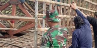 Babinsa Koramil 0804/01 Magetan Kodim 0804/Magetan secara sigap datang serta membantu salah satu warga binaan yang terkena musibah. Foto: Istimewa/Penrem