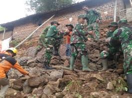Koramil 0810/03 Loceret bersama BPBD Kabupatem Nganjuk, Polsek Loceret dan aparat Desa Genjeng Kecamatan Loceret rehabilitasi rumah warga yang menjadi korban tanah longsor. Foto: Istimewa