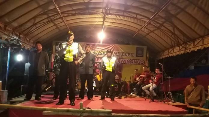 Polisi Ponorogo membubarkan sebuah acara peringatan malam tahun baru karena kedatangan warga PSHW. Foto: Muh Nurcholis/NusantaraNews