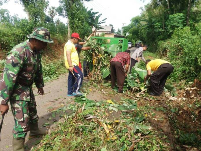 Warga dan Forpimka Rubaru bersama warga gotong royong memperbaiki jalan. Foto: Mahdi Alhabib/NusantaraNews