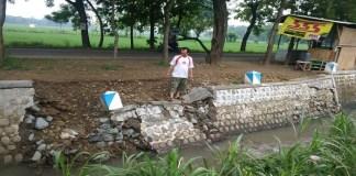 Proyek talud pengaman jalan yang ada di jalur Ngasinan-Bungkal di selatan Jembatan Selopayung atau utara Kantor UPTD Pertanian Kecamatan Bungkal ambrol. Foto: Muh Nurcholis/NusantaraNews