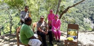 Kapolres Tolikara AKBP Mada Indra Laksanta berbincang-bincang dengan Kepala Suku Ondoafi, Karuba Emas Bogum. Foto: Dok. NusantaraNews
