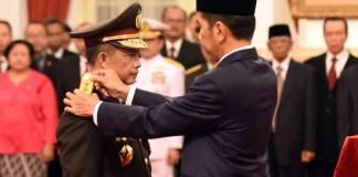 Presiden Jokowi menyematkan pangkat bintang 4 kepada Tito Karnavian, yang telah dilantiknya sebagai Kapolri, di Istana Negara, Jakarta, Rabu (13/7). Foto: Rahmat/Humas