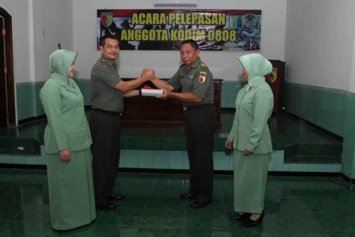 Komandan kodim 0808/Blitar Letkol Inf Kris Bianto menerima pelepasan jabatan Kapten Inf Podo dari Koramil 0808/06 Srengat, Blitar karena memasuki masa pensiun. Foto: Amrin/NusantaraNews