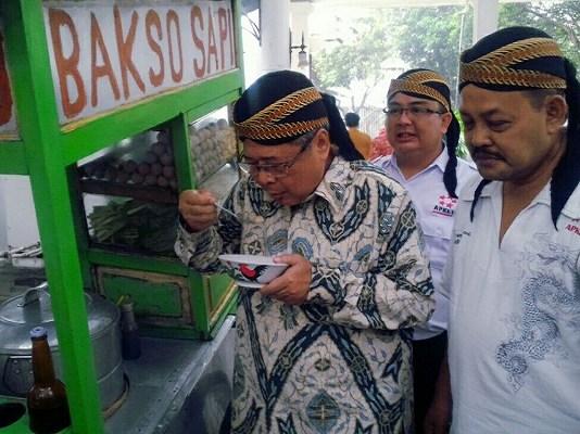 Wagub Jateng Drs. H. Heru Sudjatmoko, M.Si bersama Ketua Umum DPP APKLI dan Sekjend DPP APKLI beserta jajaran mengunjungi Lapak PKL. (Foto: Dok. Istimewa)