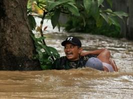 Aksi heroik Sertu Waki saat selamatkan warga yang terserat arus banjir (Foto Pendam/Nusantaranews.co)