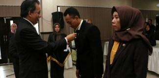 Plt Sekda Sumsnep R Idris mengalungkan tanda peserta Diklatpim sebagai tanda kegiatan pelatihan dimulai. Foto: NusantaraNews/Mahdi Al Habib