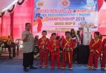 Penyerahan medali kepada para pemenang Invistasi Tapak Suci Muhi Cup II 2018 yang diselenggarakan oleh SMA Muhammadiyah 1 Ngawi. (Foto: Muh Nurcholis)