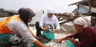 Calon gubernur Jawa Timur, Khofifah Indar Parawansa tampung aspirasi nelayan Madura. (Foto: Setya/NusantaraNews)