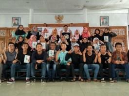 "16 Penyair Muda Bumiayu Launching Buku Puisi ""Abu-abu Merah Jambu"", Minggu (25/2/2018). (FOTO: NUSANTARANEWS.CO/Humas BCCF)"