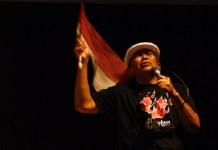 """Putu Wijaya dalam monolog """"Bahasa Indonesia"""". Foto: ika-jbsiunesa"""