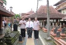 Rektor Universitas Negeri Semarang (Unnes) Prof Fathur Rokhman dan rektor Universitas Muria Kudus (UMK), Dr Suparnyo saat berziarah ke makam Sunan Kudus. (Foto: Istimewa)